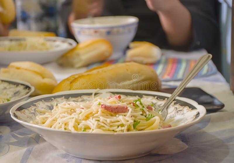 Einfach Lebensmittel mit Spaghettis stockbilder