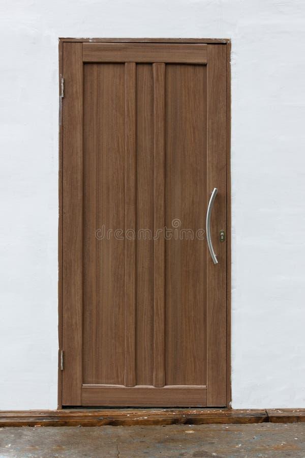 Einfache geschlossene Tür auf weißer Wand stockfotos