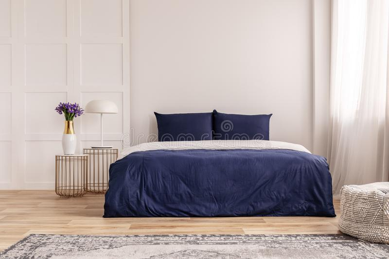 Einfache Innenarchitektur des Marineblau- und weißenschlafzimmers stockbild