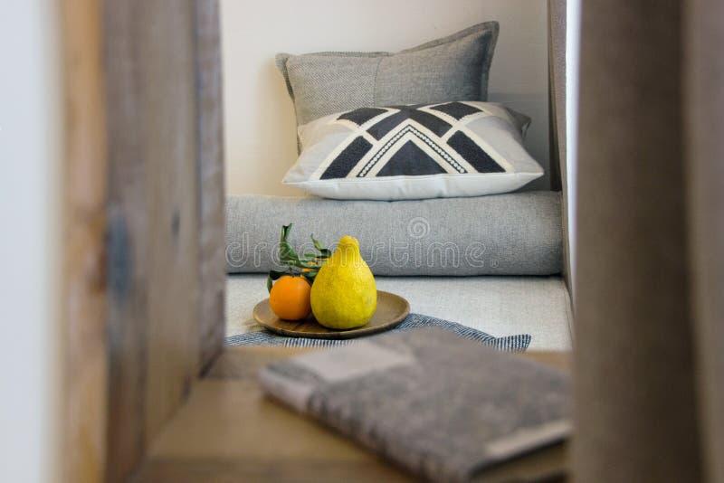 Einfache Innenausstattung des Schlafzimmers stockbild
