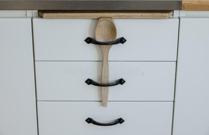 Einfache Kindersicherheit für Küchenfächer lizenzfreies stockbild