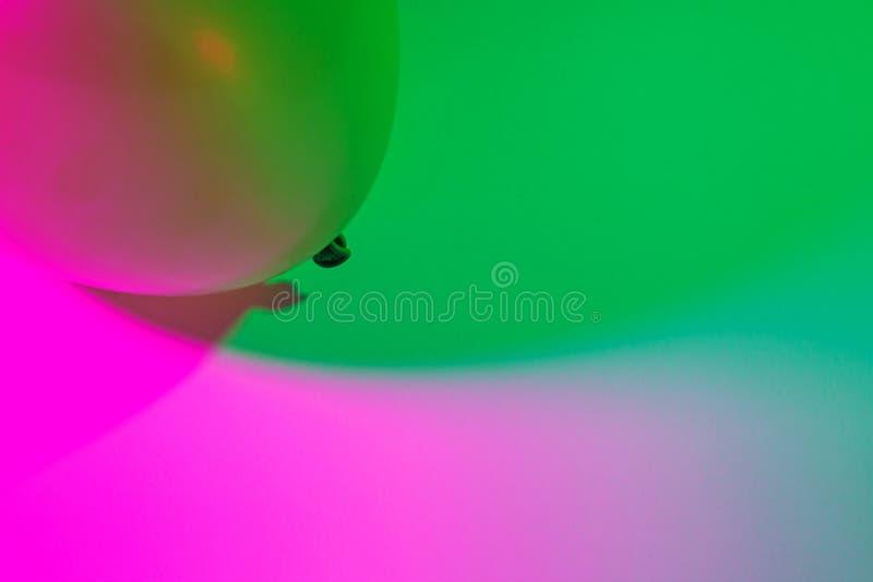 Einfacher abstrakter einzelner Luftballon-Farbsteigungshintergrund gemacht durch zwei bunte Lichter, die in einander transitionin stockfoto