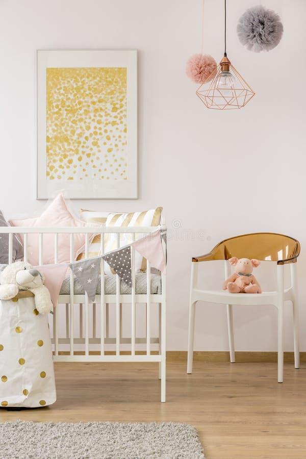 Einfacher Babyraum mit Krippe lizenzfreie stockbilder