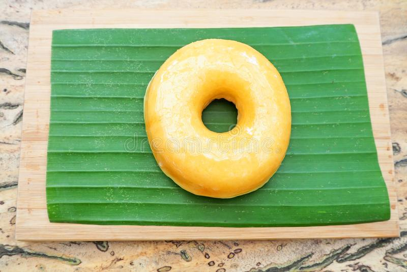 Einfacher Donut auf Bananenblatt stockfoto