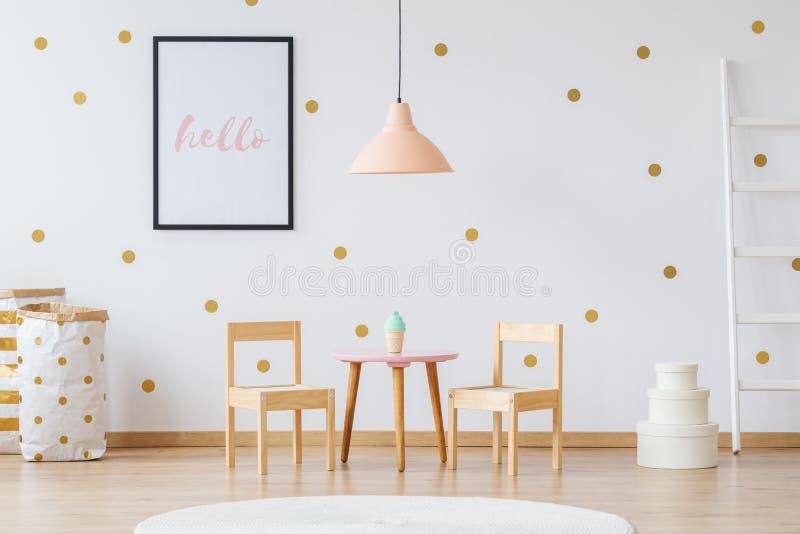 Einfacher Kind-` s Raum stockfoto