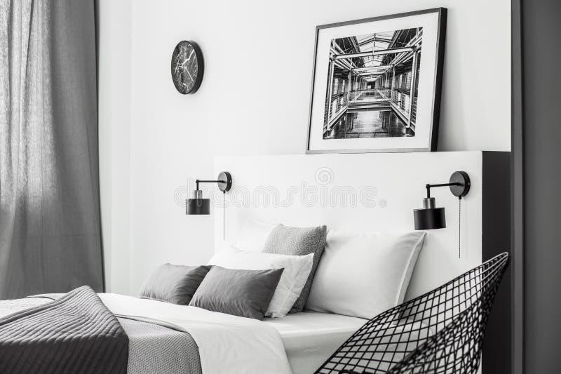 Einfacher Schlafzimmerinnenraum mit Plakat lizenzfreie stockfotografie