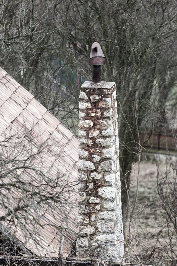 Einfacher Stein stellte Kamin in einem kleinen Dorf von Torocko, Transyl her lizenzfreies stockbild
