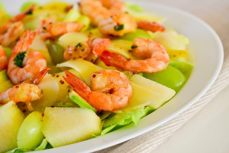 Einfacher und gesunder Salat der Garnele, der Mischgrüns und der Tomaten lizenzfreies stockbild