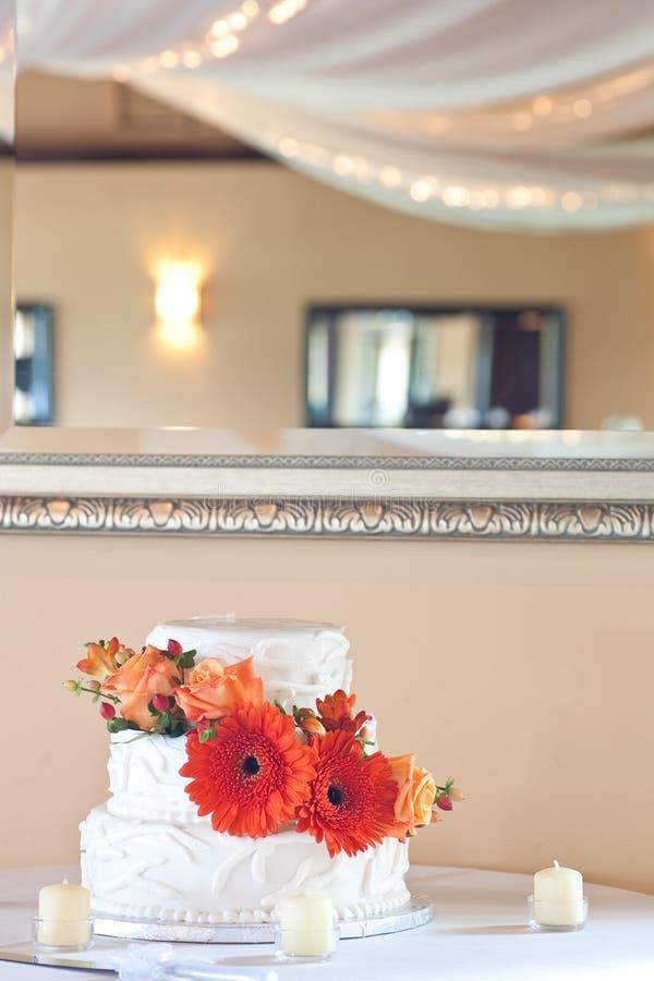 Einfacher weißer Hochzeitskuchen mit Blumen lizenzfreies stockbild