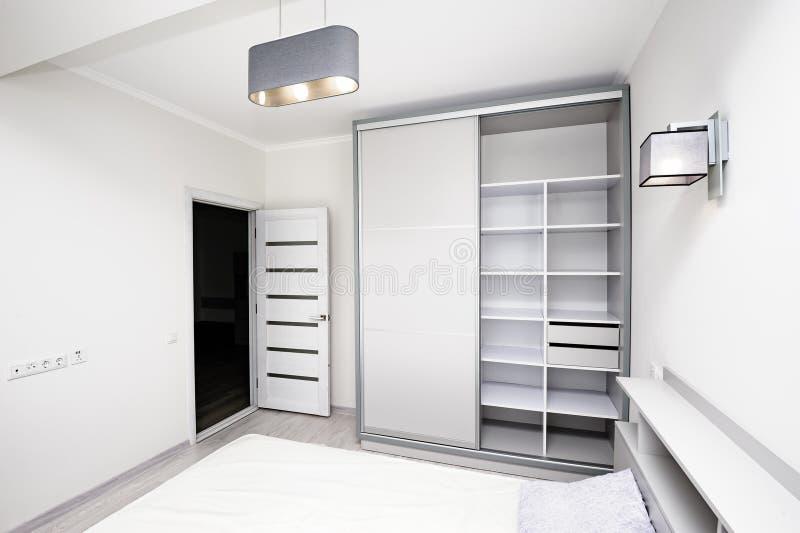 Einfacher weißer leerer Schlafzimmerinnenraum stockbild