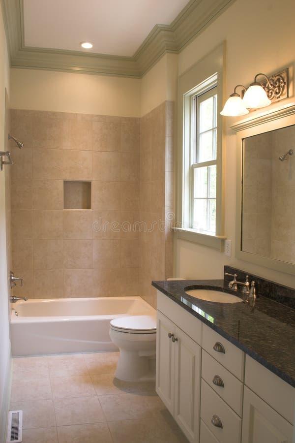 Einfaches Badezimmer Mit Fliese Und Stein Stockfoto - Bild Von