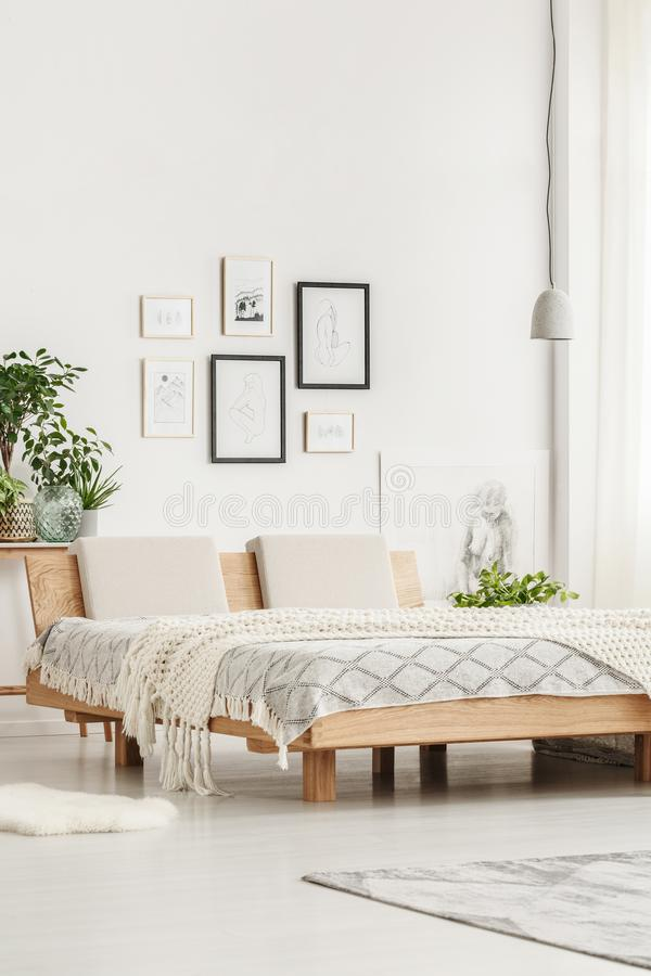Einfaches Bett und Zeichnungen stockbilder