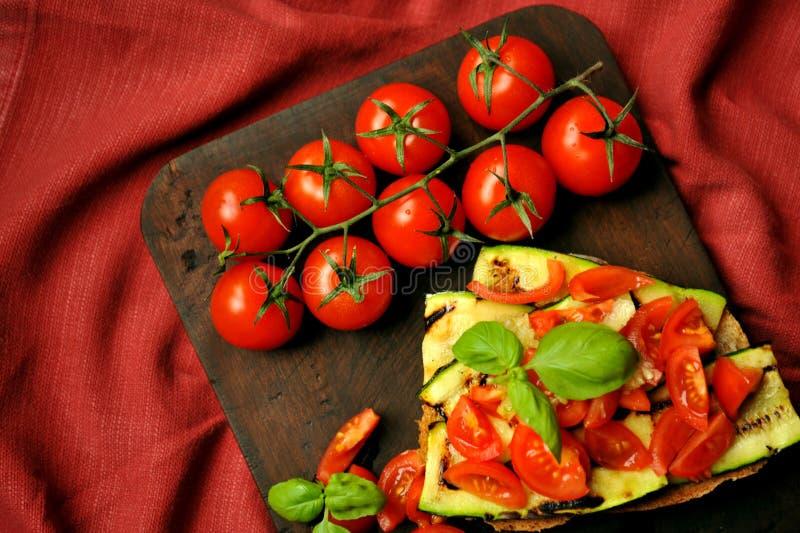 Einfaches, gesundes Lebensmittel mit gegrillter Zucchini und Tomate lizenzfreie stockbilder