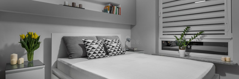 Einfaches graues Schlafzimmer stockbilder