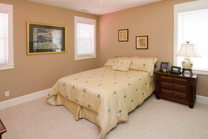 Einfaches korallenrotes Farbenschlafzimmer stockfoto