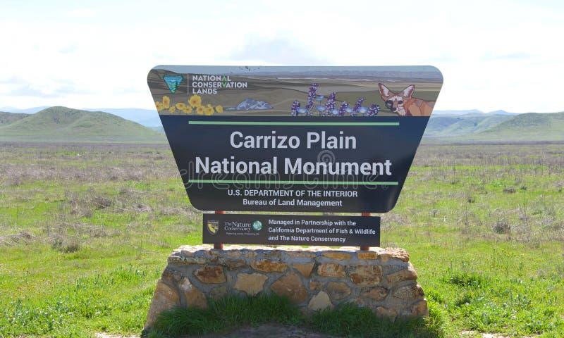 Einfaches Nationaldenkmalzeichen Carrizo mit Tal und Hügeln im Hintergrund stockfotografie