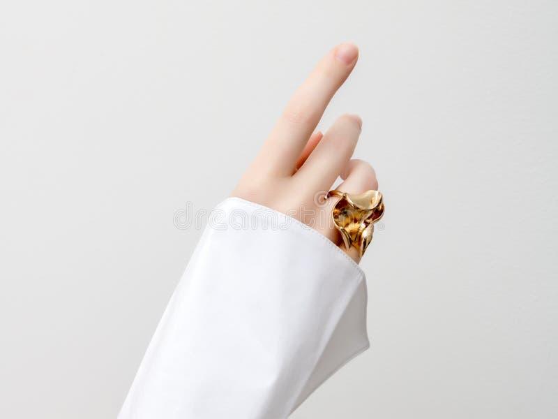 Einfaches Schönheitskonzept - Schmuckzusätze Empfindliche Hände der Schönheit mit Maniküreabschluß oben Sch?ne weibliche Finger stockfotos
