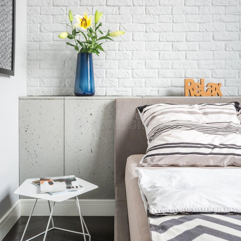 Einfaches Schlafzimmer mit Backsteinmauer stockfotos