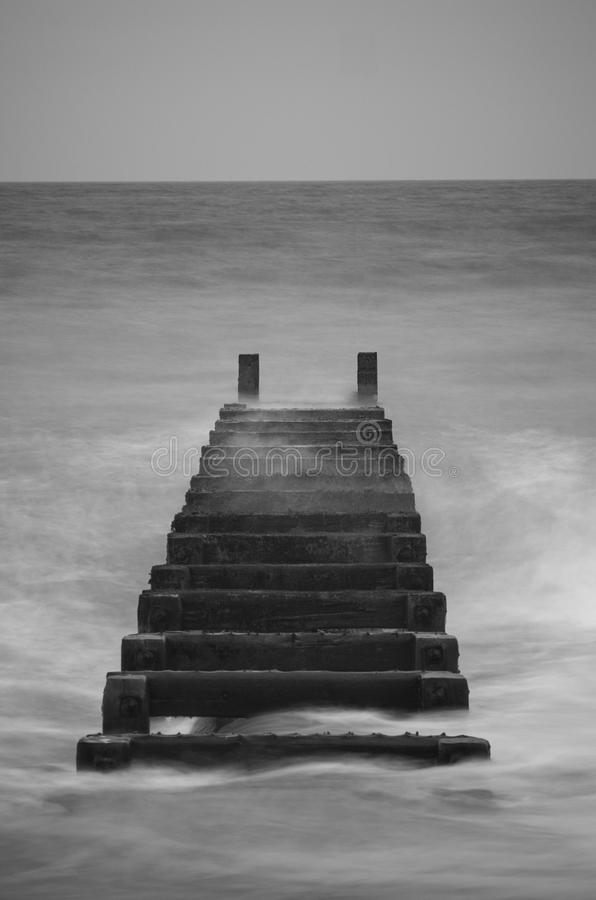 Einfaches Schwarzweiss-Bild vom Strand stockfoto
