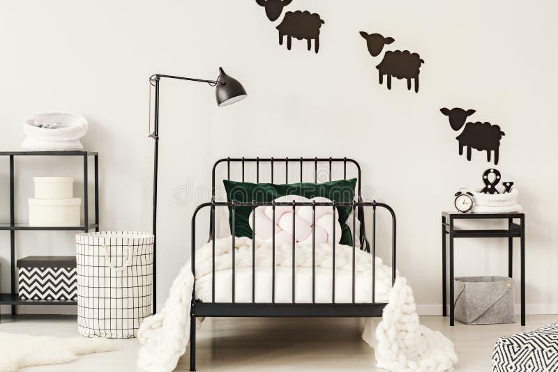 Einfaches Schwarzweiss-Schlafzimmer lizenzfreie stockfotografie