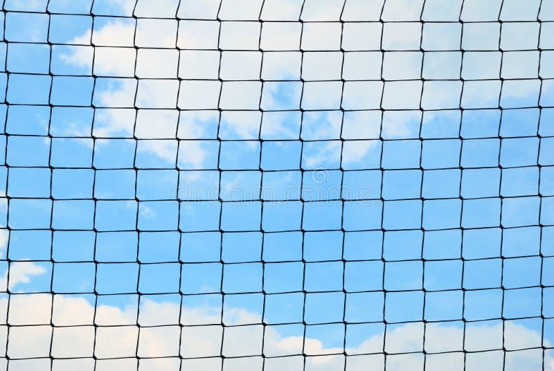 Einfaches Sicherheitsnetz gegen einen bewölkten Himmel stockbild