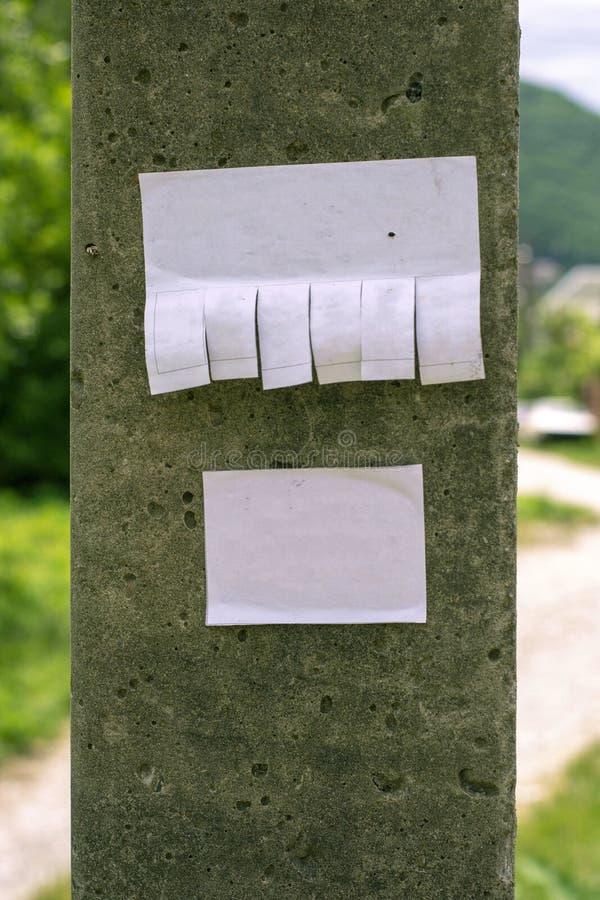Einfaches Stilllebenfoto des grauen Stein- Pfostens mit klarem Papier-shee stockbilder
