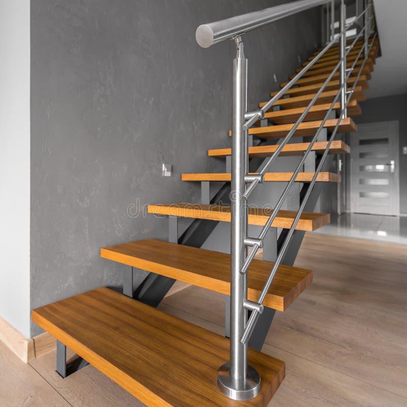 Einfaches Treppenhaus mit Stahlgeländer stockfoto