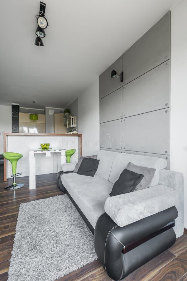 Einfaches und kleines Wohnzimmer lizenzfreie stockbilder