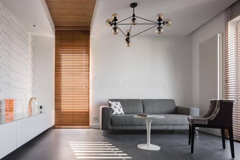 Einfaches und stilvolles Wohnzimmer stockbilder