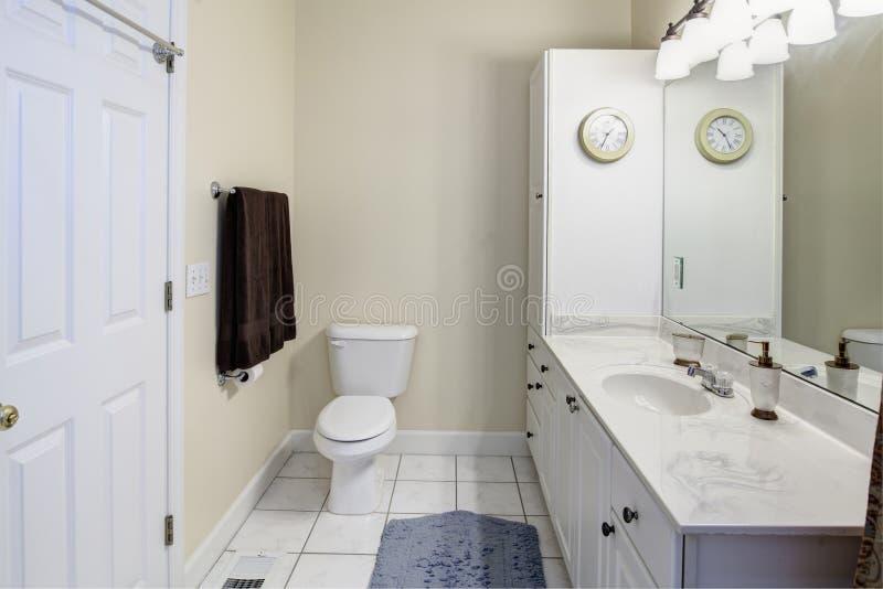 Einfaches weißes Badezimmer lizenzfreies stockbild