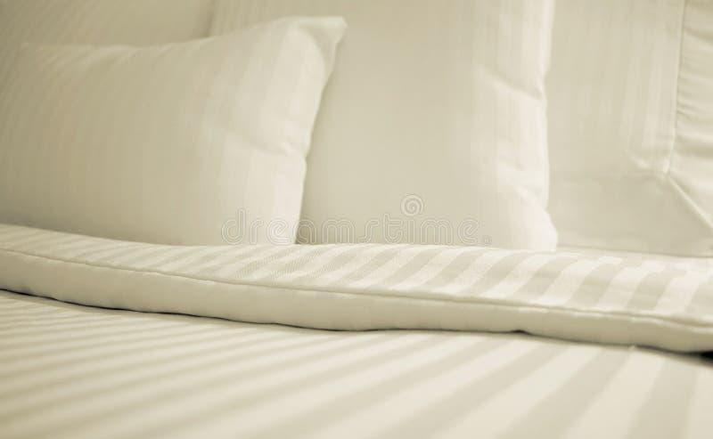 Einfaches weißes Bett stockfotos