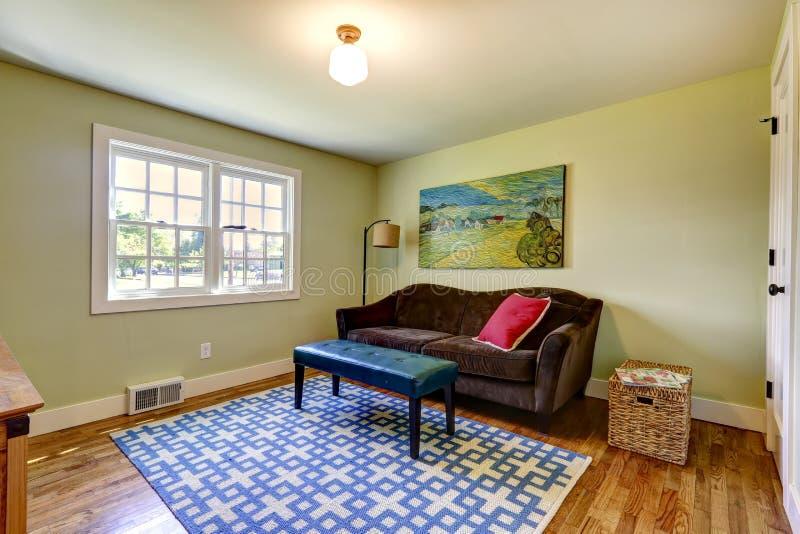 einfaches wohnzimmer mit braunem sofa stockfoto bild von