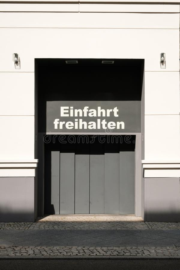 Einfahrt freihalten alemão para: mantenha o espaço livre da entrada fotografia de stock