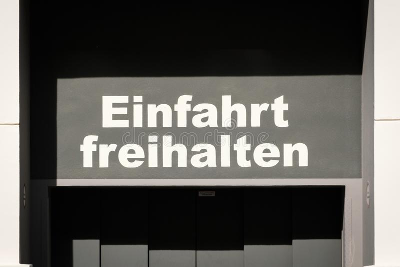 Einfahrt freihalten alemão para: mantenha o espaço livre da entrada imagens de stock