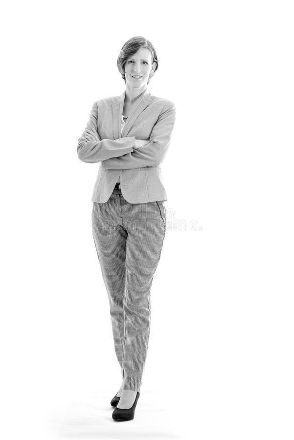 Einfarbiges Bild der jungen überzeugten Geschäftsfrau mit gekreuzt lizenzfreie stockfotografie