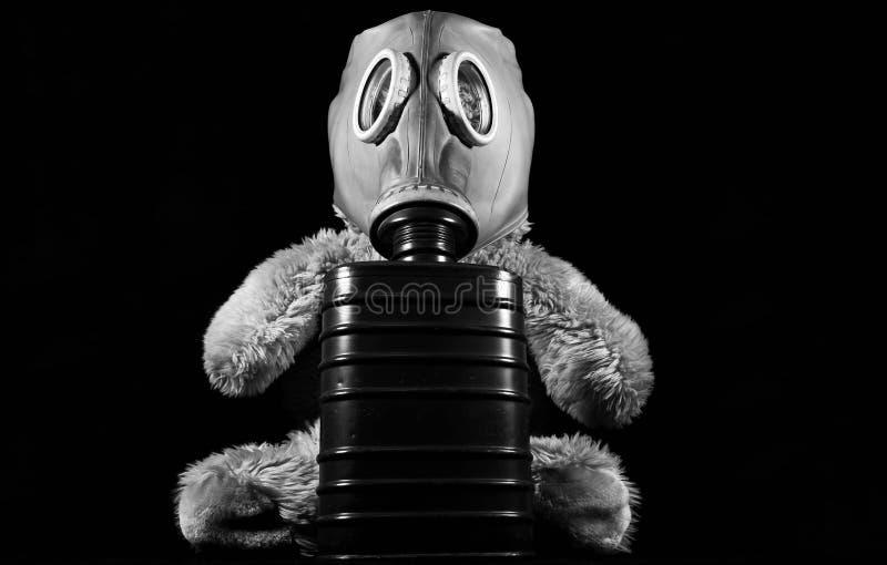 Einfarbiges Bild, Teddybär, der eine Gasmaske trägt lizenzfreies stockfoto