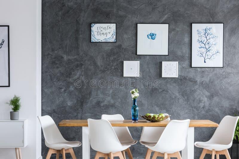 Einfarbiges Esszimmer mit Galerie stockbilder