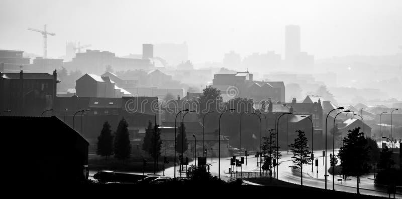 Einfarbiges Nebelstadtbild des starken Regens in Sheffield, Großbritannien stockfotos