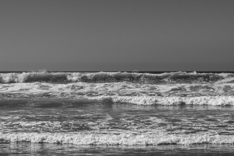 Einfarbiges Schwarzweiss-Bild des Brechens von Meereswogen lizenzfreie stockfotografie