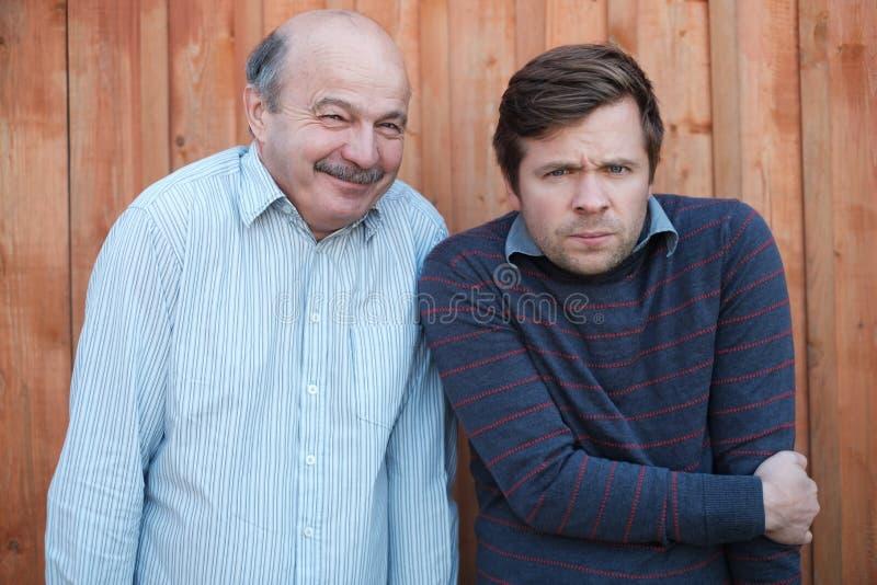 Einfrieren mit zwei kaukasisches Männern stockfotos