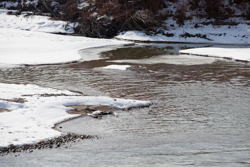 Einfrierende Flussbänke stockbild