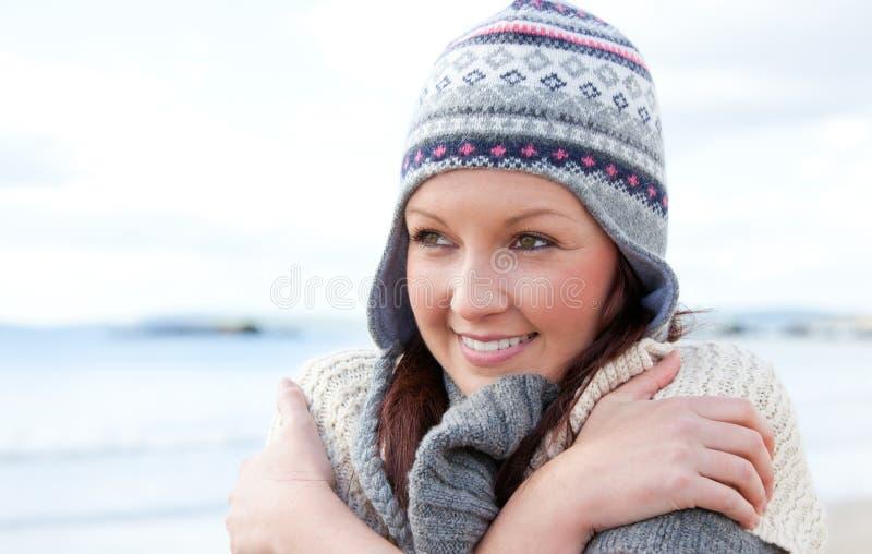 Einfrierende hübsche Frau, die einen Hut trägt lizenzfreies stockfoto
