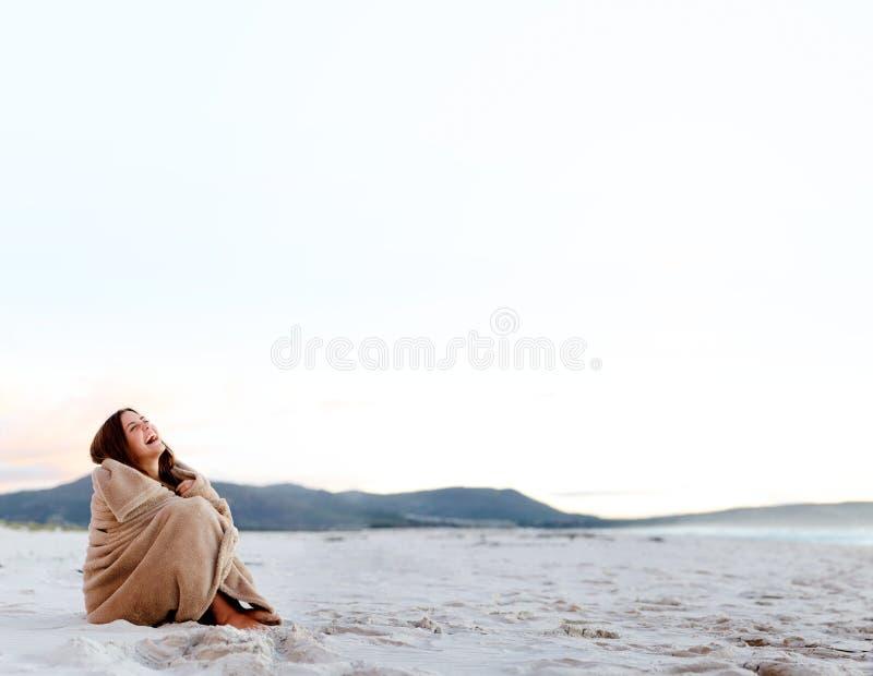 Einfrierende kalte Frau lizenzfreies stockfoto