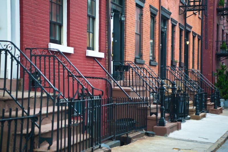Eingänge zu den alten Wohnungen lizenzfreie stockfotos