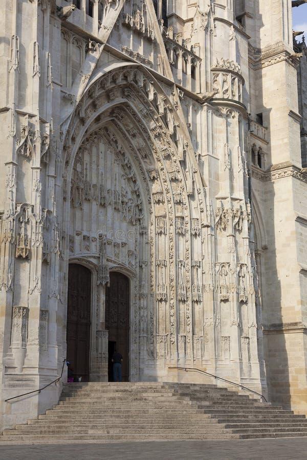Eingang der Kathedrale von Beaubais lizenzfreie stockfotos