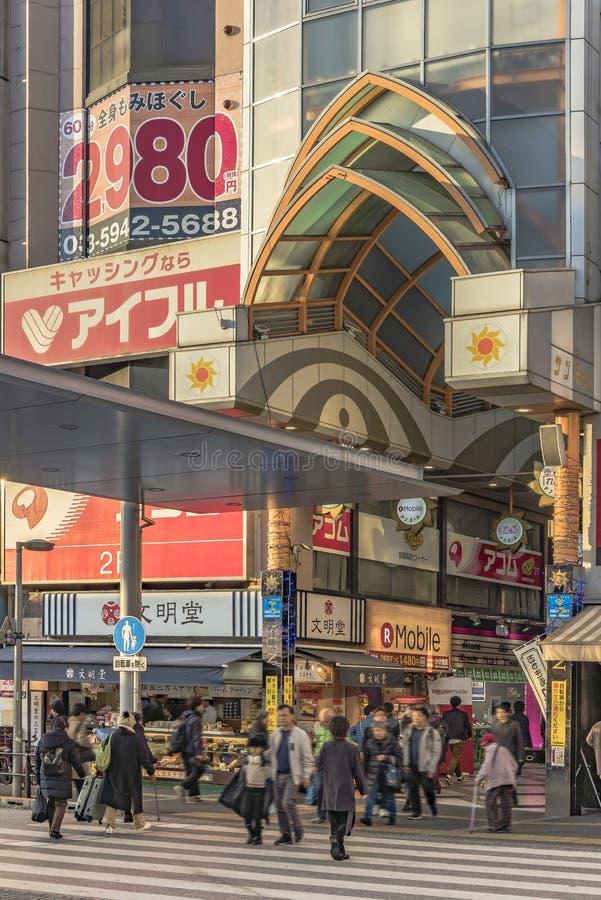 Eingang der Mallsäulengang-Einkaufsstraße Nakano Sun, die zu Nakano Broadway berühmt ist für Otaku-Nebenkultur führt, bezog sich  stockbild