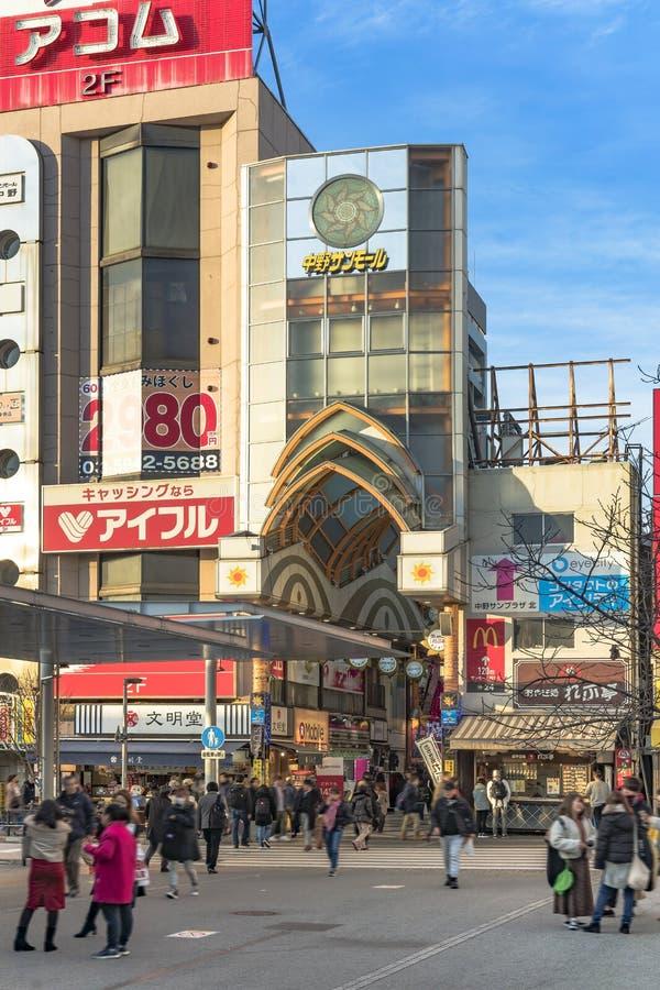 Eingang der Mallsäulengang-Einkaufsstraße Nakano Sun, die zu Nakano Broadway berühmt ist für Otaku-Nebenkultur führt, bezog sich  stockfoto