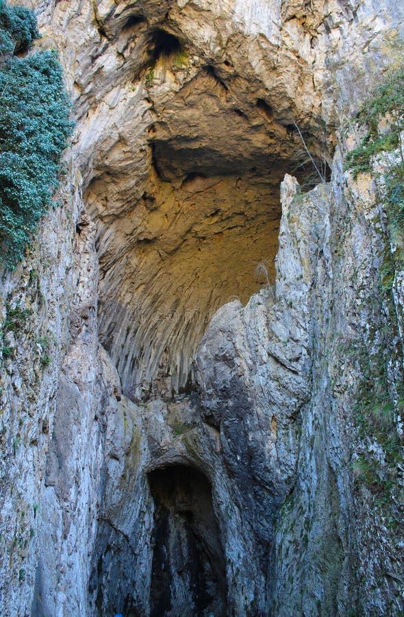 Eingang in der Potpec-Höhle, nahe Uzice, Serbien stockbild