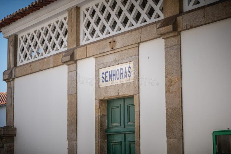 Eingang der Toilette der Frauen s im Bahnhof stockbild