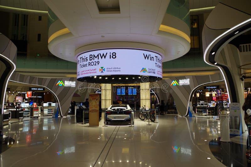 Eingang der zollfreien Zone innerhalb des neuen internationalen Flughafens von Muscat mit einem herrlichen Auto, zum für zollfrei lizenzfreies stockbild